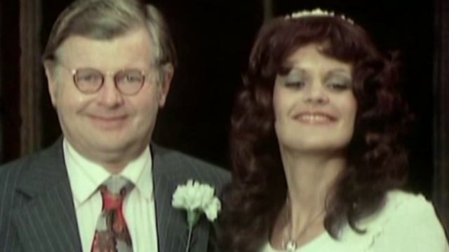 Кто знает как выходят стервы из хорошеньких невест ?! (клип)