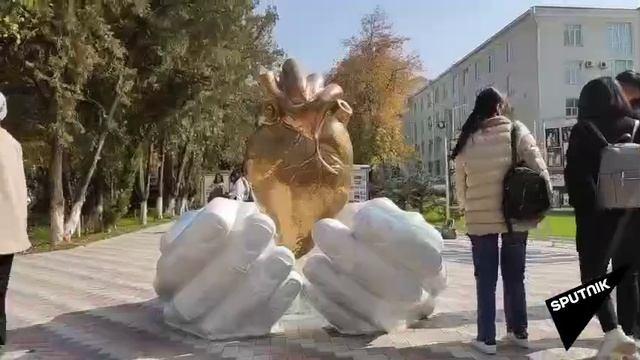 В столице Кыргызстана открыли памятник медикам
