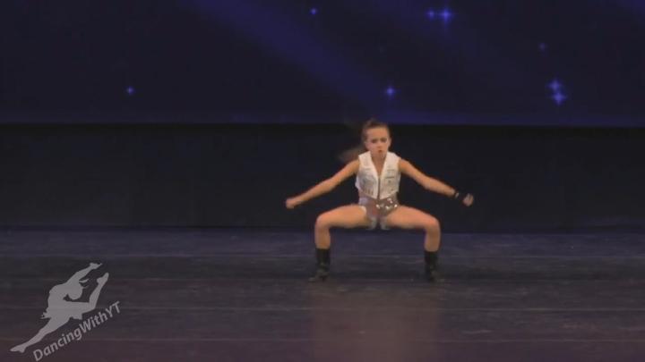 Энергичный танец 10-летней девочки (werk) смотреть онлайн видео от Двигай телом в хорошем качестве.
